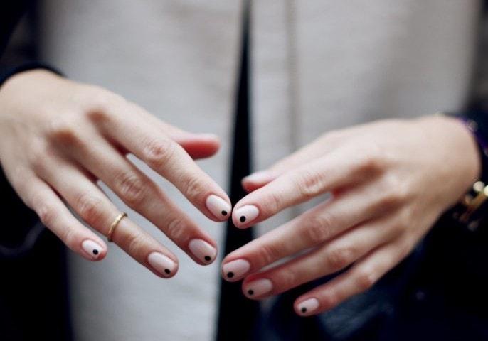 Dot manicure, la manicure che punta sul dettaglio fashion