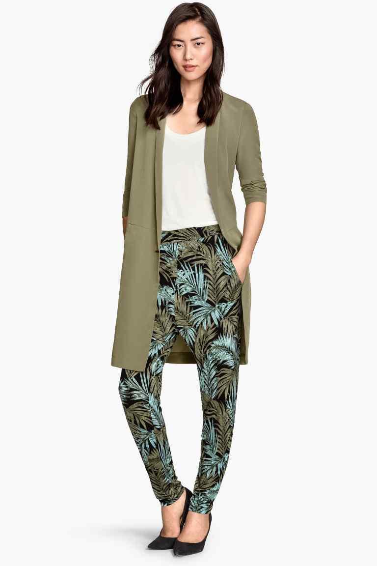 Pantaloni in jersey con fantasia stampata, in nero e verde kaki. Prezzo 14,99€