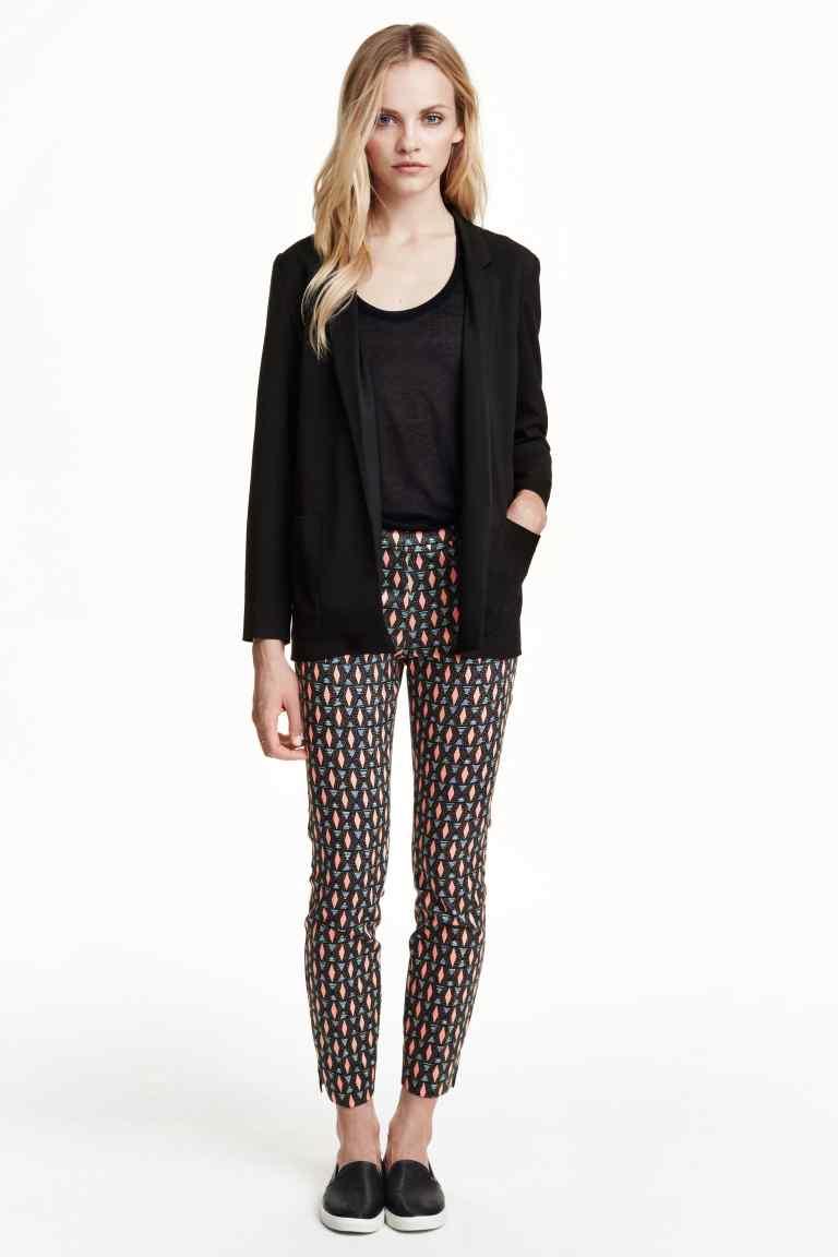Pantaloni stretch con fantasia geometrica. Prezzo 14,99 €