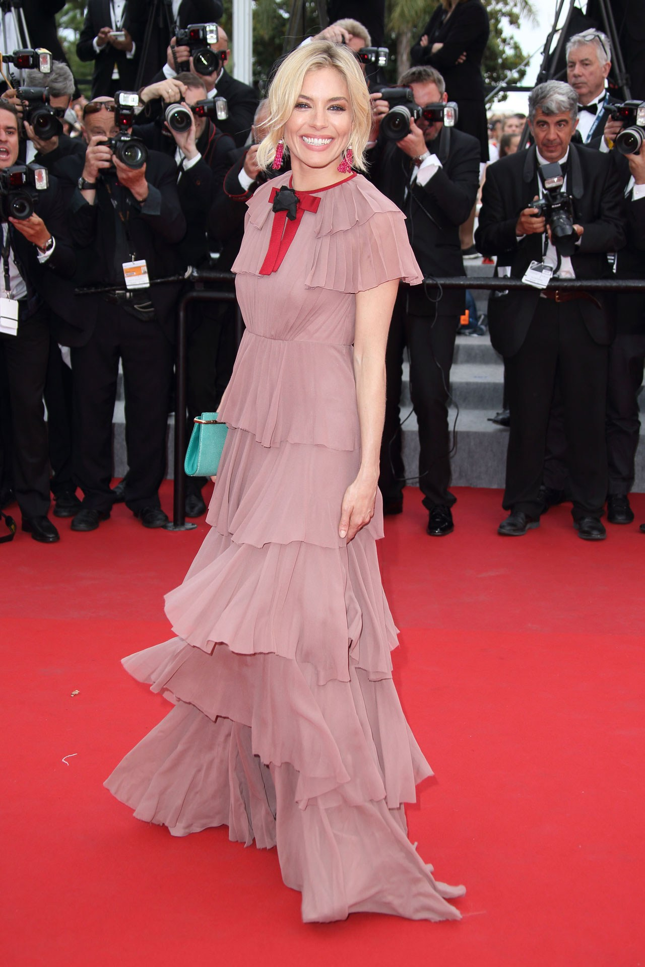 Sienna-Miller-pink-Gucci-Vogue-26May15-Getty_b