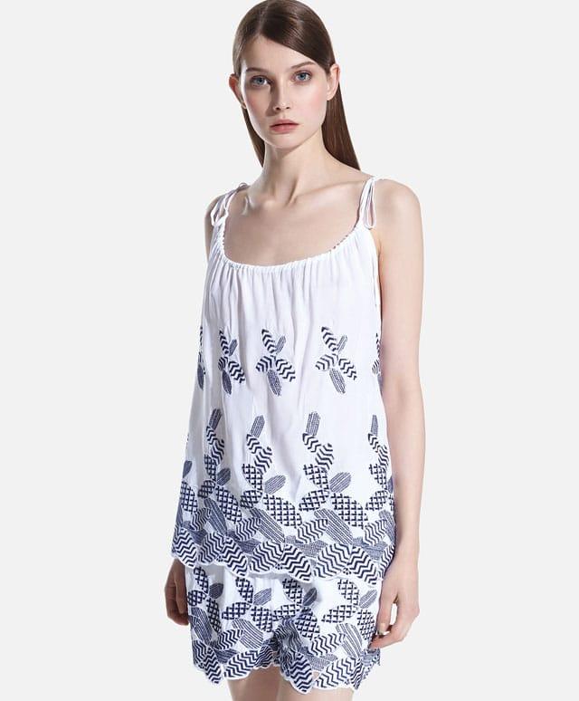 Completo maglietta con pantaloncini, entrambi con dettaglio ricamato. Prezzo maglietta: 19,99 €; prezzo pantaloncini: 39,99 €