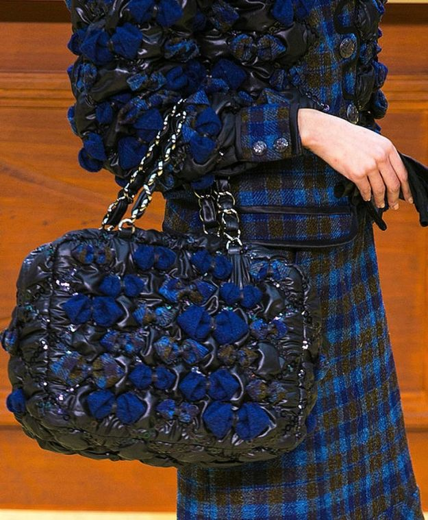 La-borsa-matelassè-con-applicazioni-in-tessuto-di-Chanel