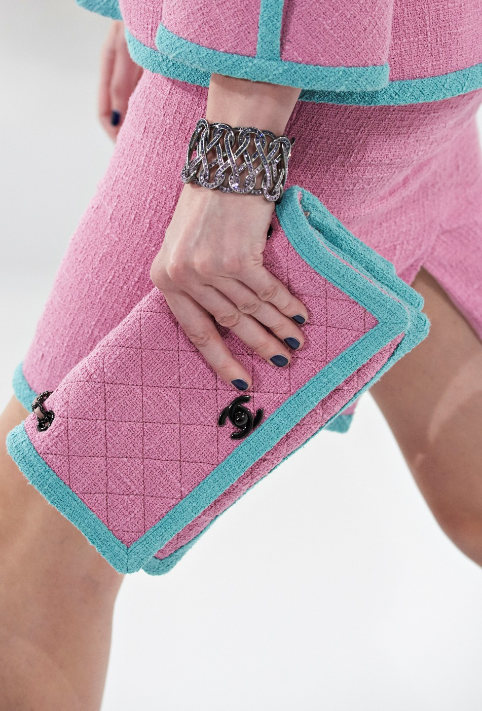 chanel-seoul-resort-cruise-2016-bags-accessories-12