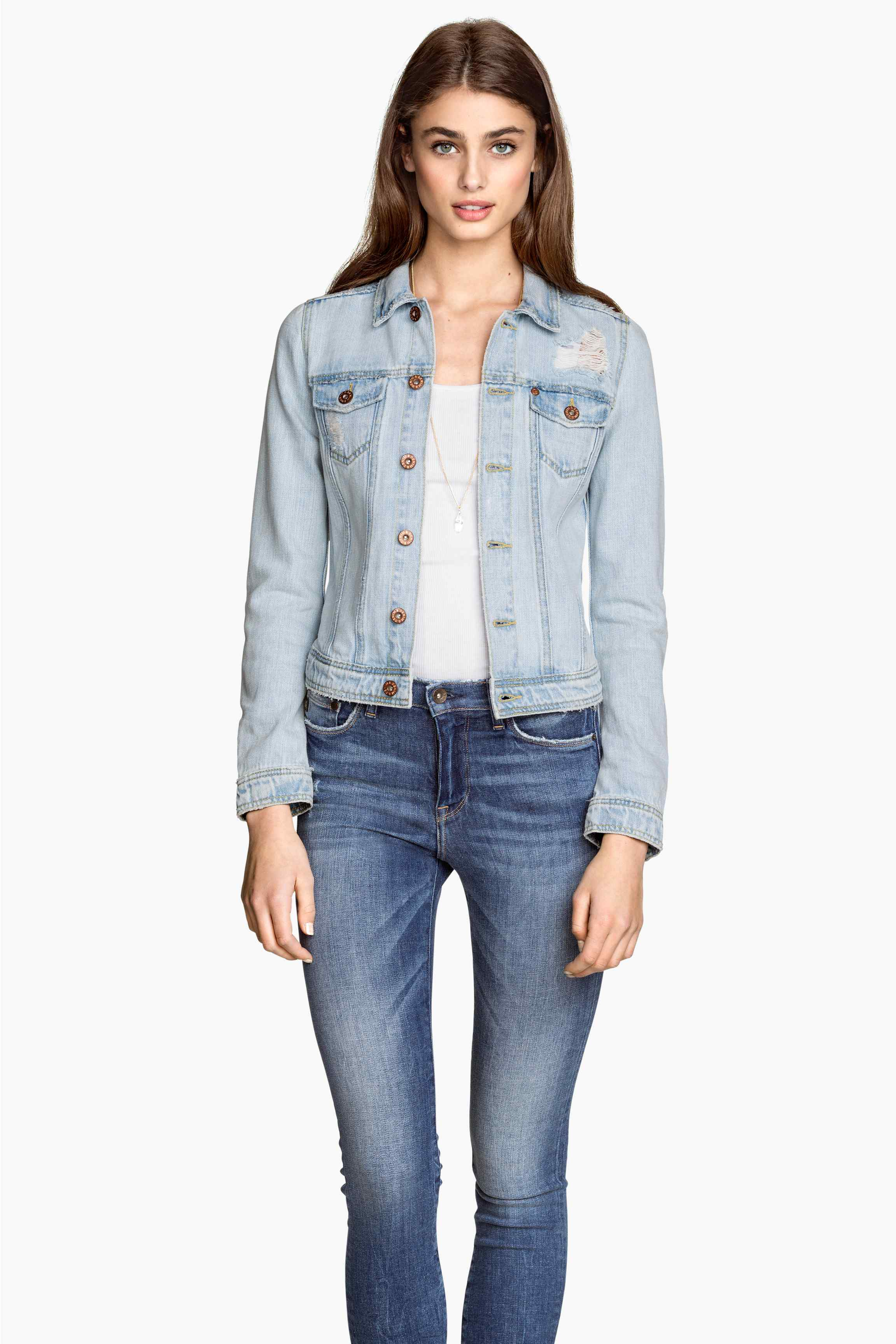 12_Giubotto di jeans H&M, in denim lavato con dettagli molto consumati. Taschini sul petto con pattina e bottone automatico (29,99 € sullo store online)