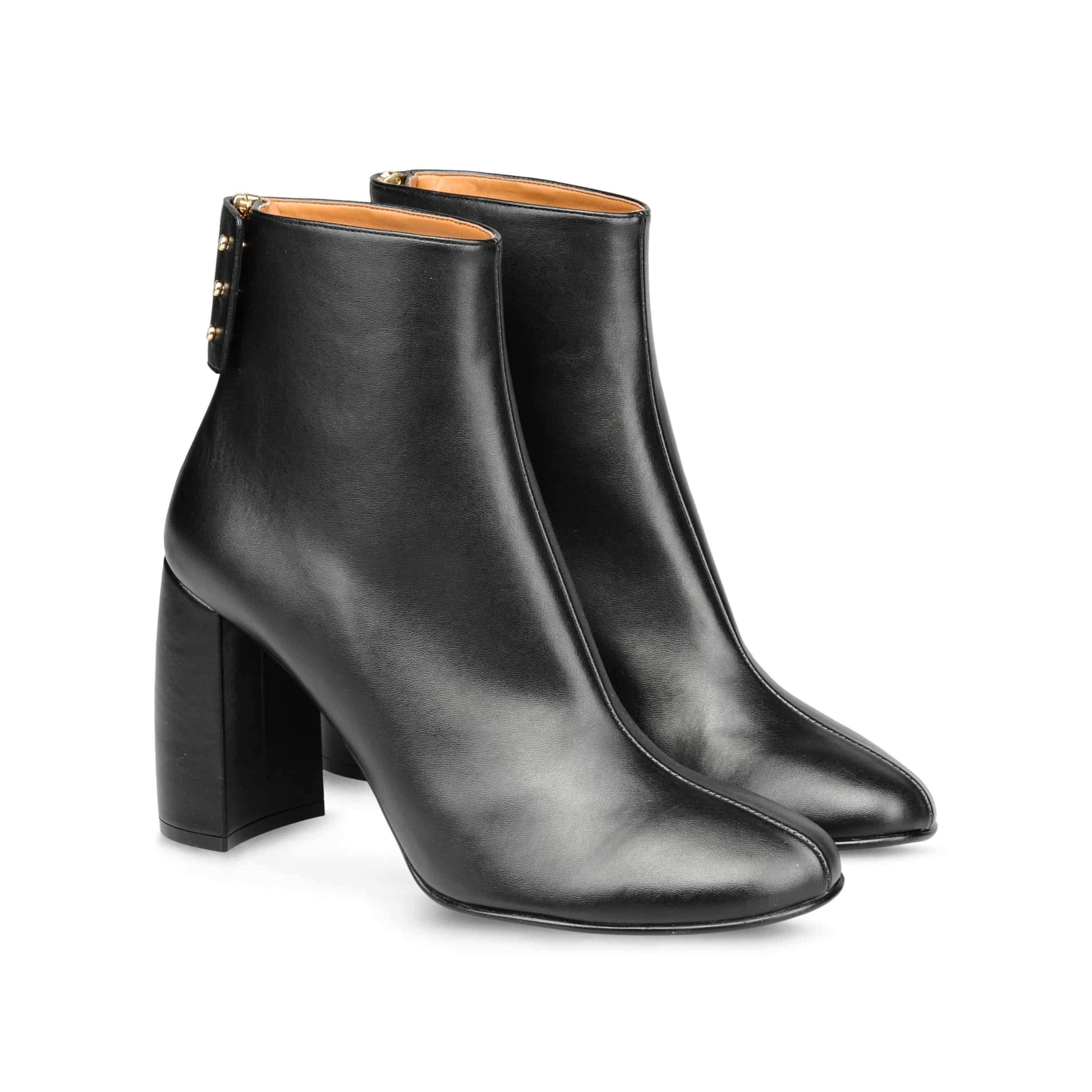 13_Ankle Boots Stella McCartney, tacco a forma di mezzo cilindro e chiusura con zip e bottoni con patta (620 € sullo store online)