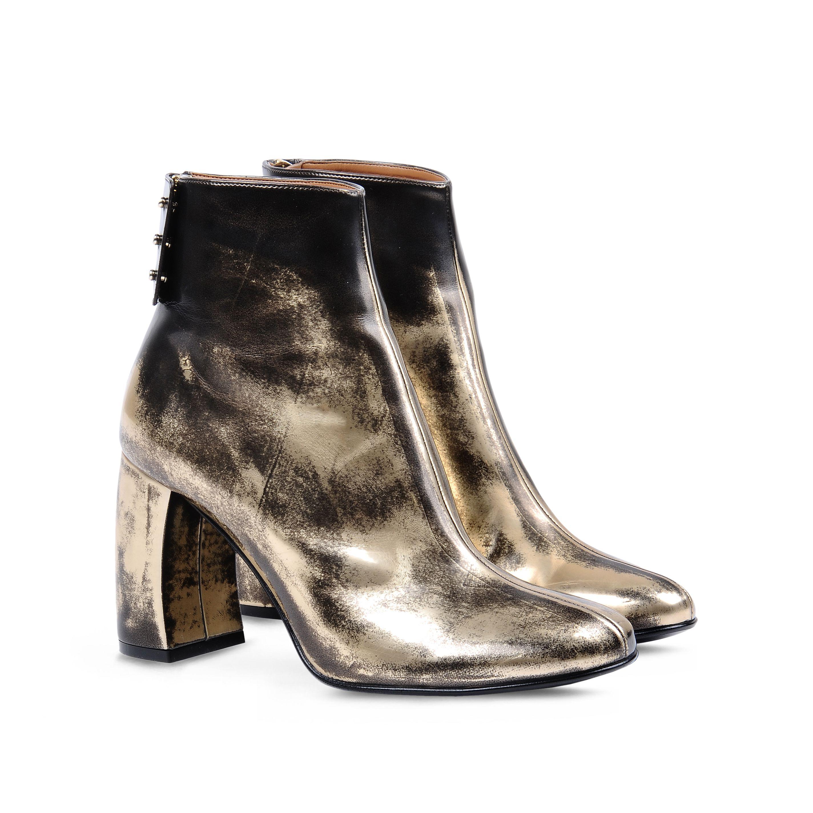 15_Ankle boots Stella McCartney in oro spazzolato con punta tonda, tacco a forma di mezzo cilindro e chiusura con zip e bottoni con patta (675 € sullo store online)