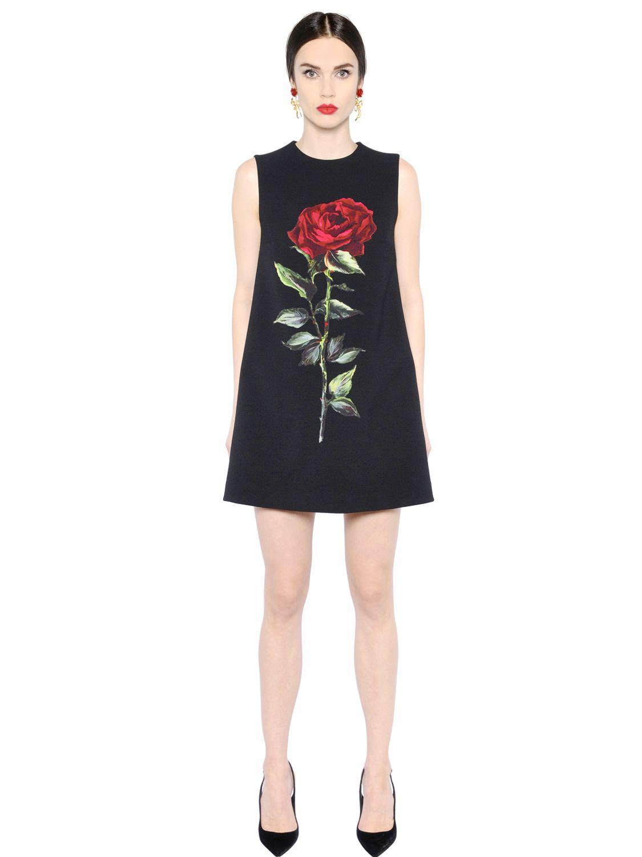 16_Vestito svasato Dolce&Gabbana, in lana stretch doppiata. Con fodera in raso e rosa stampata sul davanti (1750 € su LuisaViaRoma)