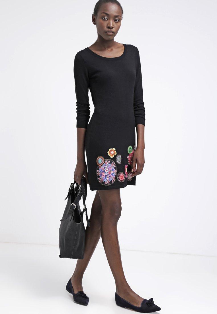 17_Vestito corto Desigual, nero e con stampa floreale sul fondo. Maniche a tre quarti e scollo rotondo (90 € su Zalando)