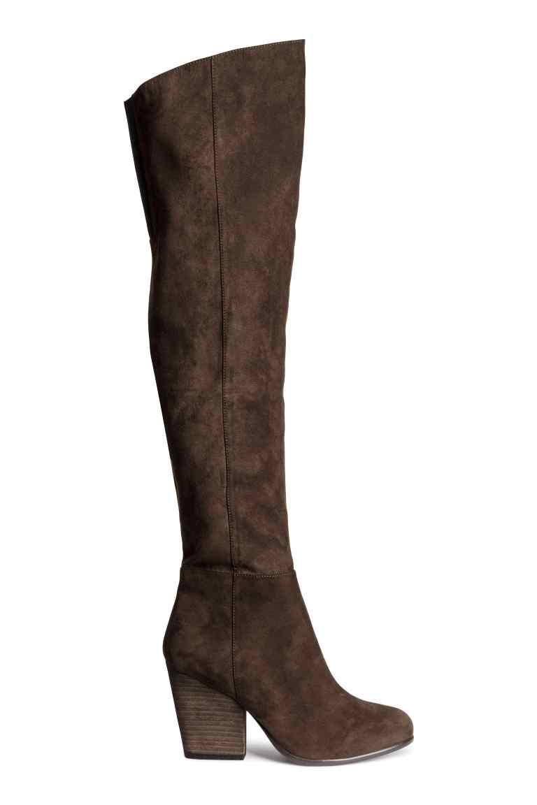 18_Stivali H&M al ginocchio in finto camoscio. Mezza cerniera sul lato ed elastico in alto (49,99 € sullo store online)