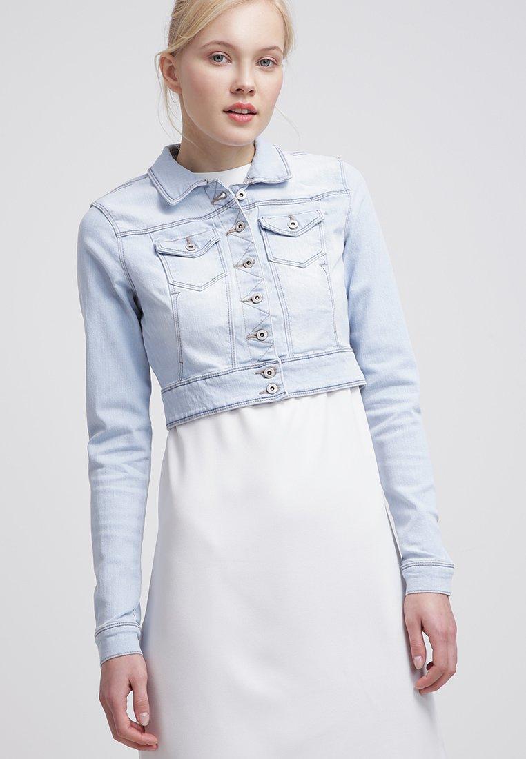 1_Giacca di jeans corta Only, con colletto classico. Tonalità light blue (35 € su Zalando)