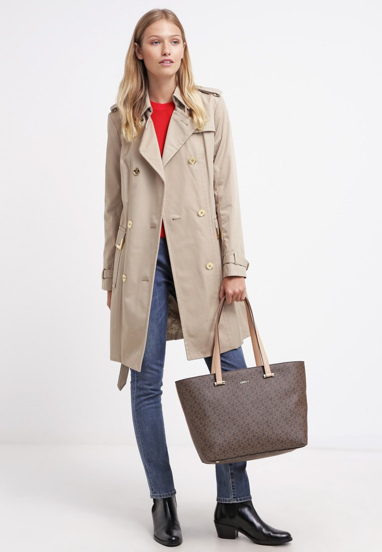 20_Trench Michael Kors, in misto cotone. colletto classico e bottoni dorati (400 € su Zalando)