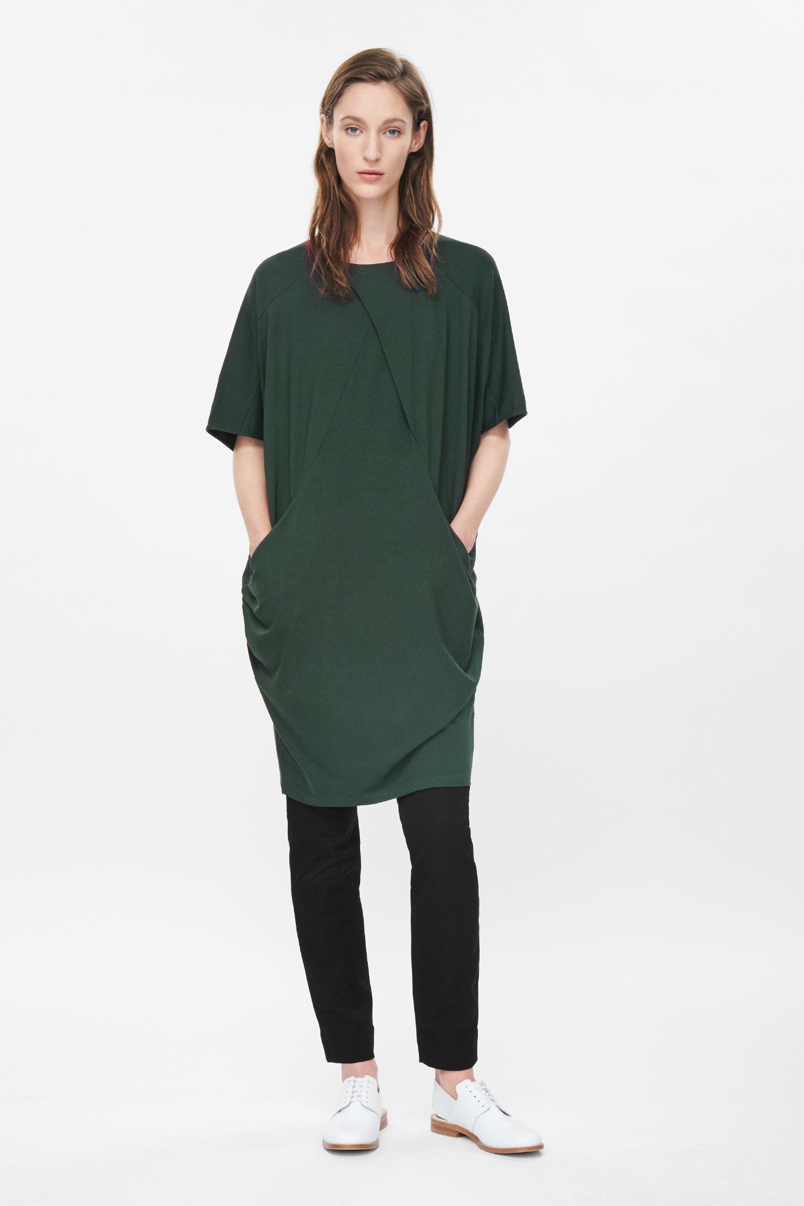 20_Vestito Cos, oversized e con ampie tasche laterali. In jersy (59 € sullo store online)