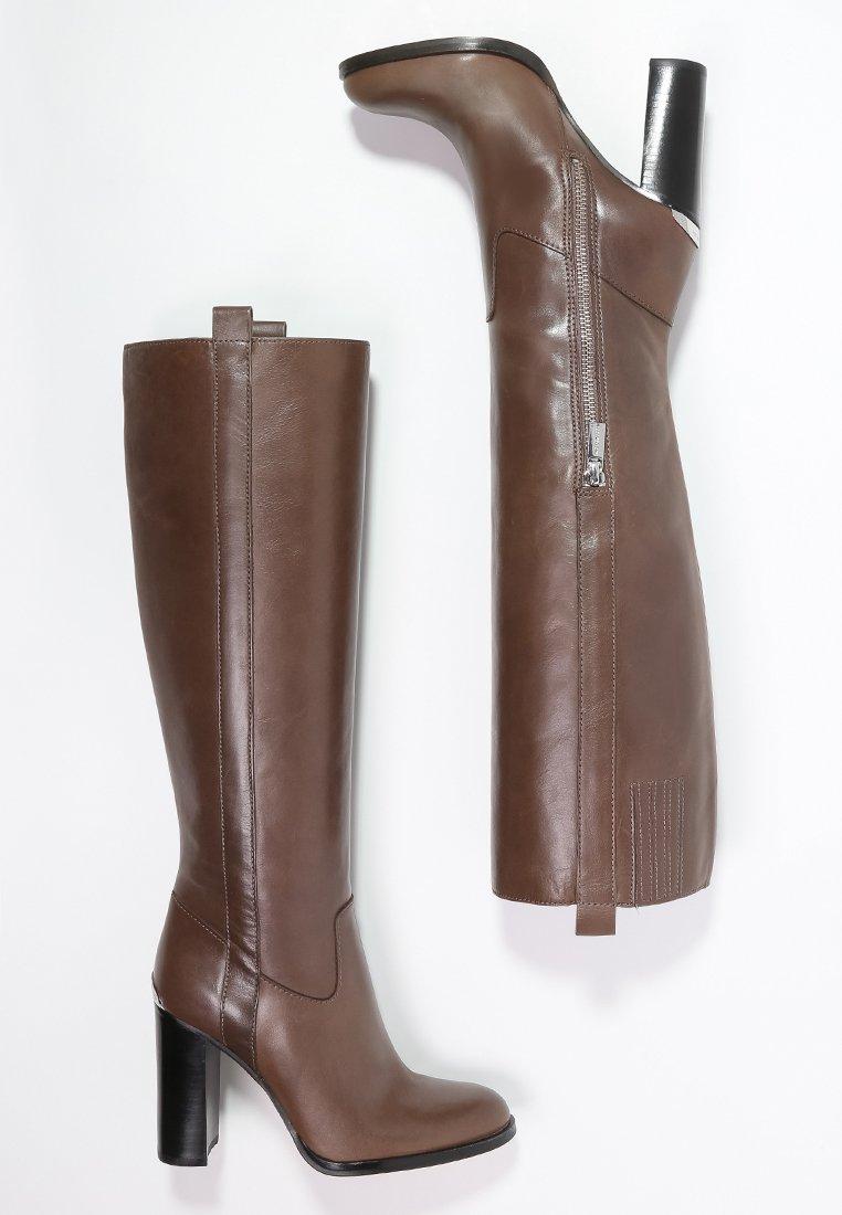23_Stivali alti Michael Kors, in misto pelle e tessuto, con elastico interno (325 € su Zalando)