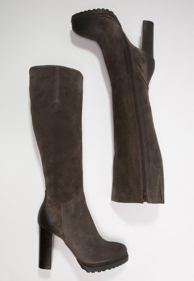 24_Stivali alti Manas, in pelle e con tacco a rocchetto (170 € su Zalando)