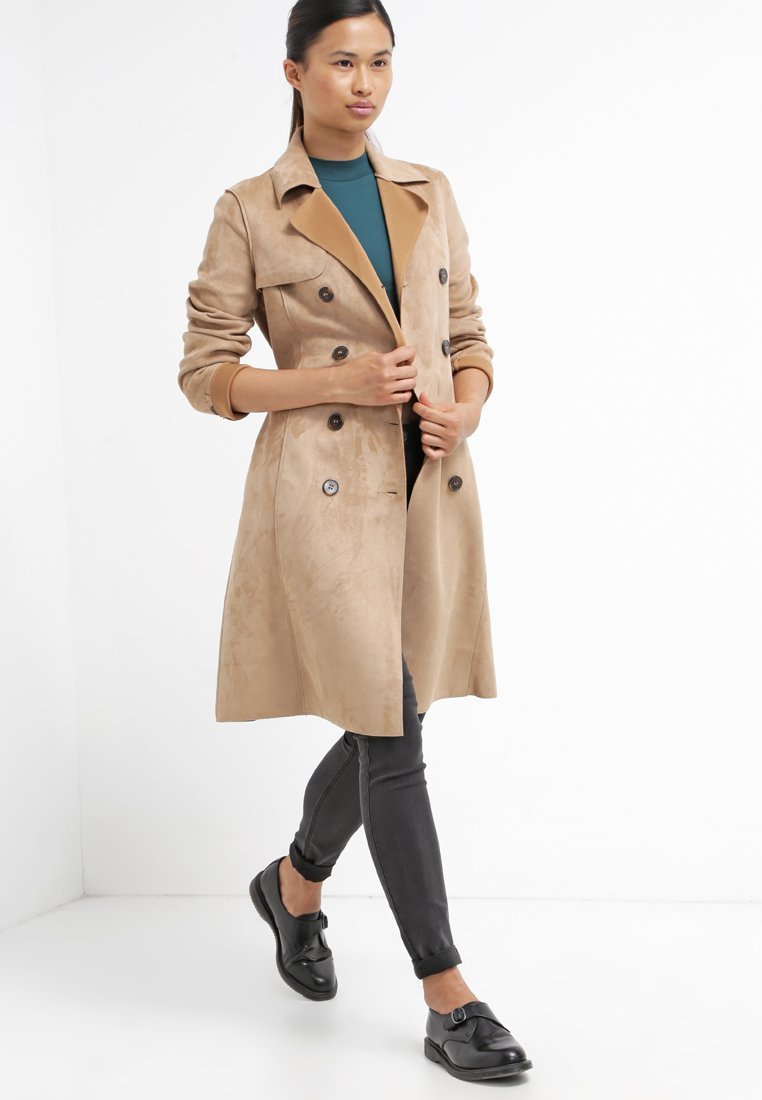 28_trench Lipsy in ecopelle, colletto a bavero e chiusura a bottoni (95 € su Asos)