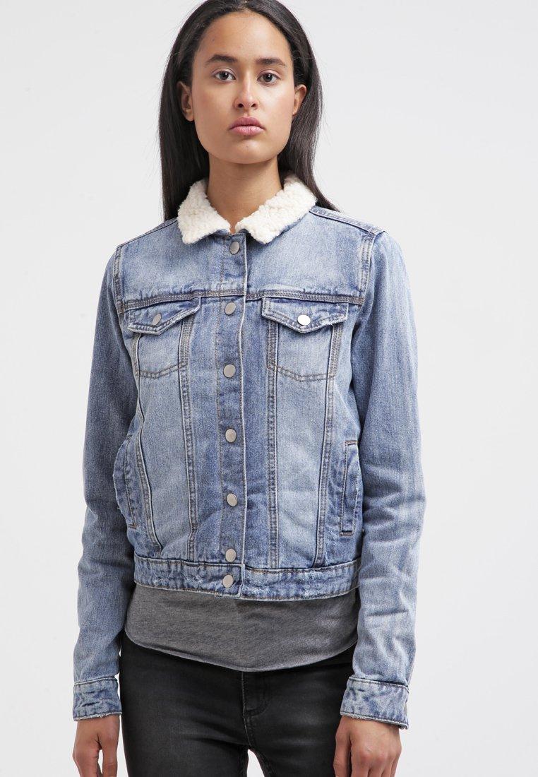 2_Giubottino di jeans Twintip, con imbottitura sul colletto e ampie tasche anteriori (50 € su Zalando)