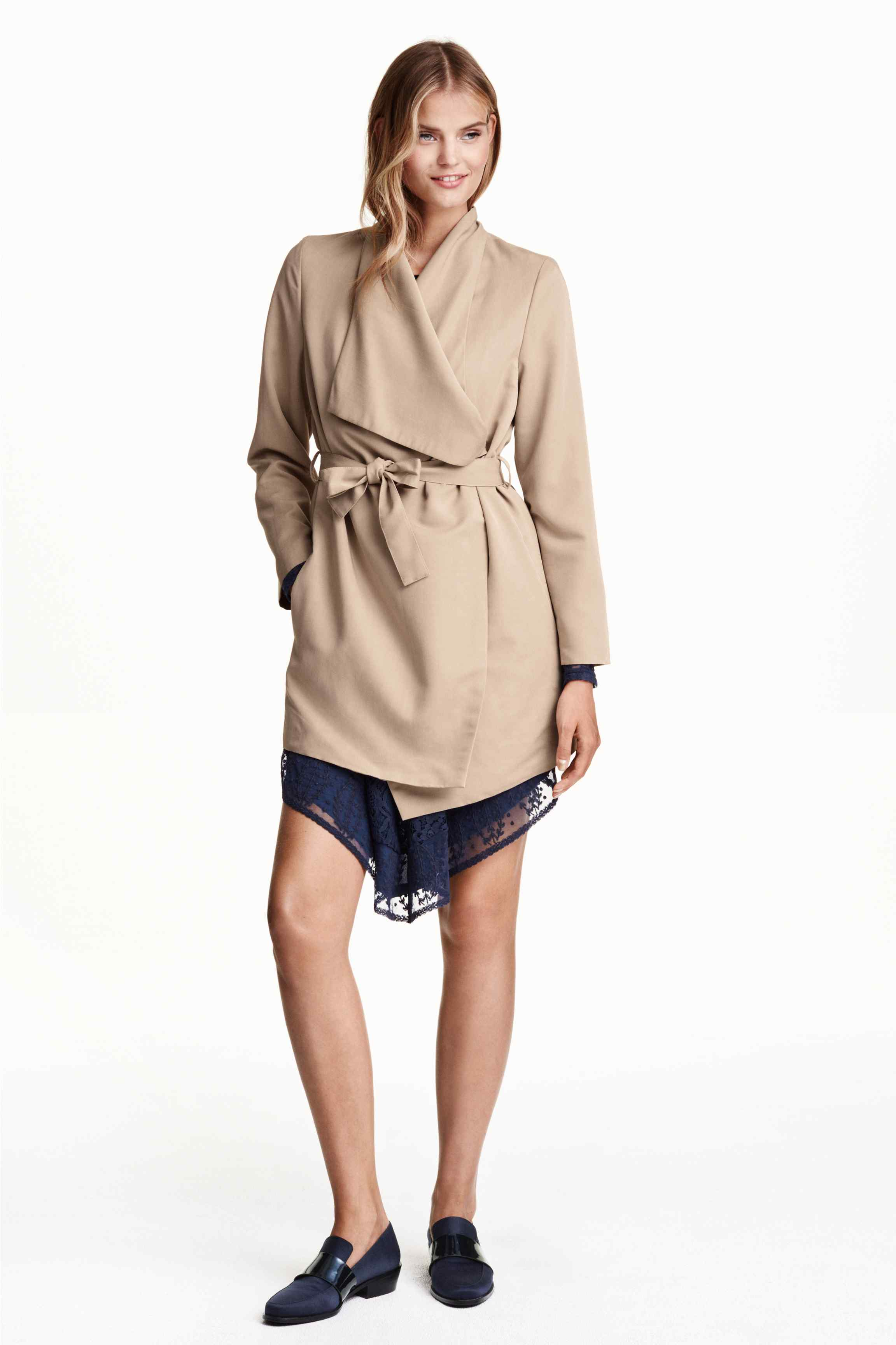 30_Trench H&M, tessuto leggermente strutturato. Revers drappeggiati davanti, chiusura con bottone automatico nascosto (49,99 € sullo store online)