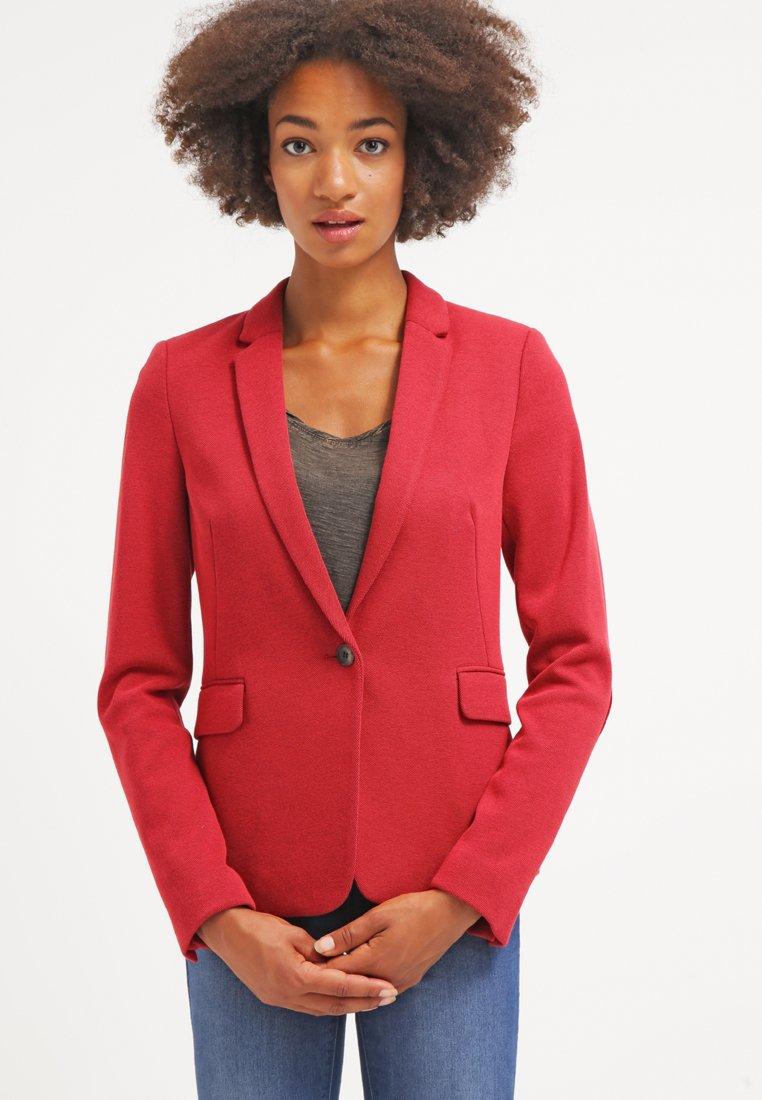 48_Giacca Esprit, tonalità dark red. Tasche con patta, colletto a bavero e chiusura con bottoni (100 € su Zalando)