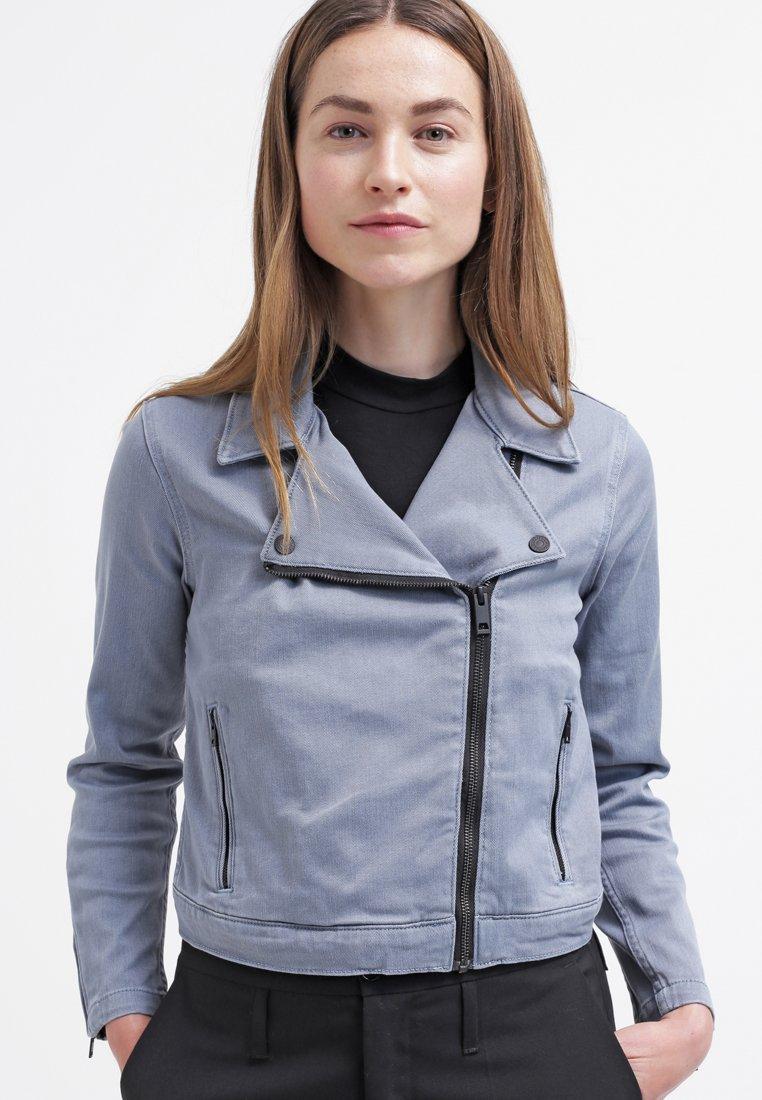 4_Giacca di jeans Levi's, tonalità Light Ocean. Colletto strutturato (80 € su Zalando)