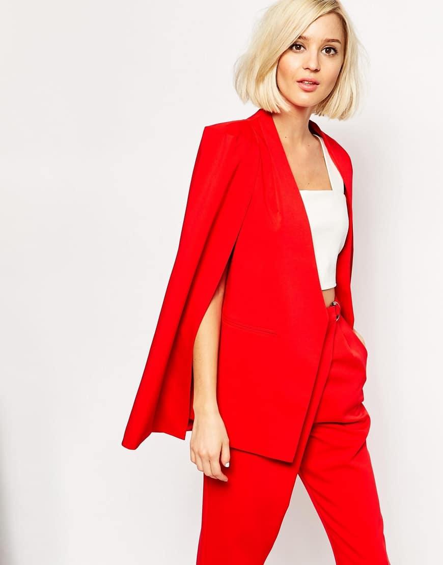 57_Blazer a mantella Lavish Alice, tonalità lipstick red, senza colletto, con apertura frontale, spalline e maniche aperte (74,99 € su Asos)