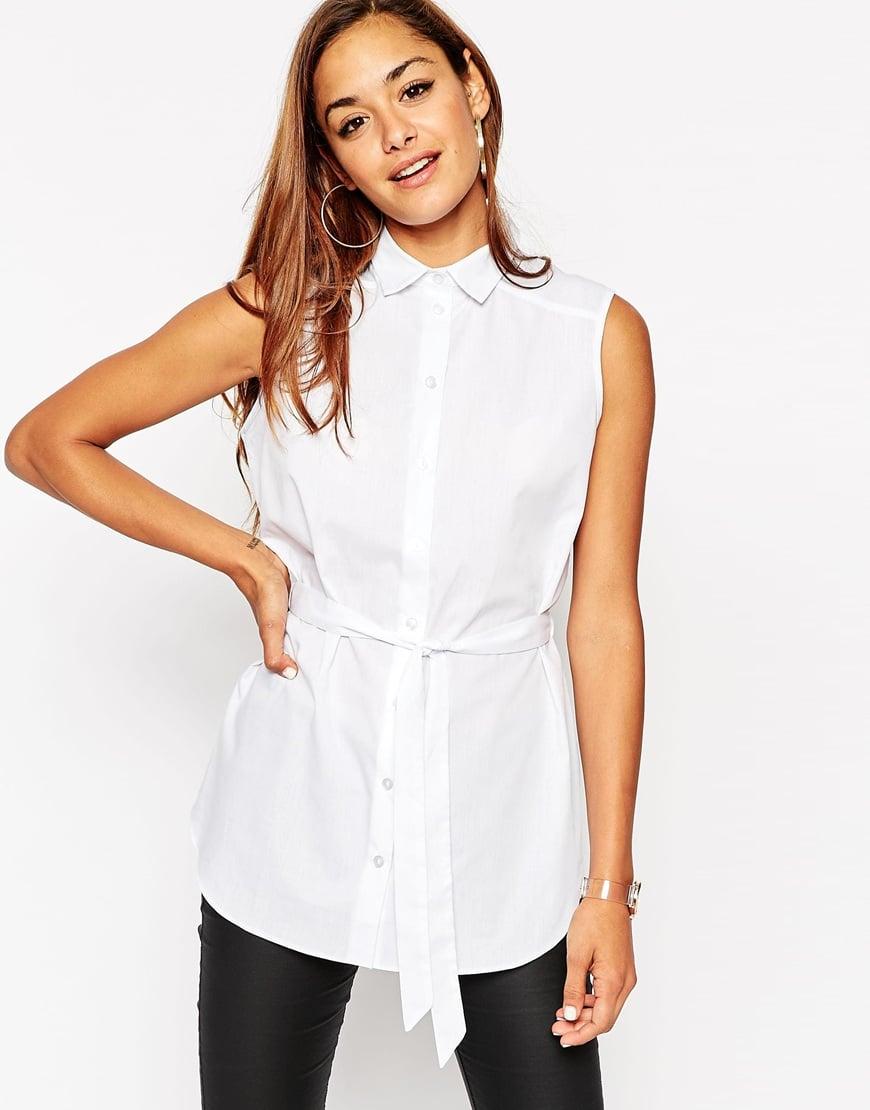 69_Camicia bianca lunga senza maniche, con cintura sul punto vita; in tessuto operato (34,99 € su Asos)