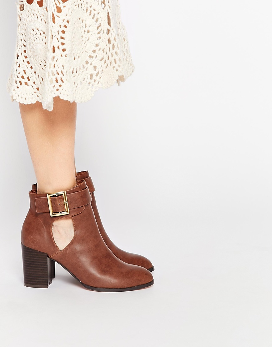 6_Stivaletti Asos in ecopelle, con cut-out sui lati (58,99 € su Asos)