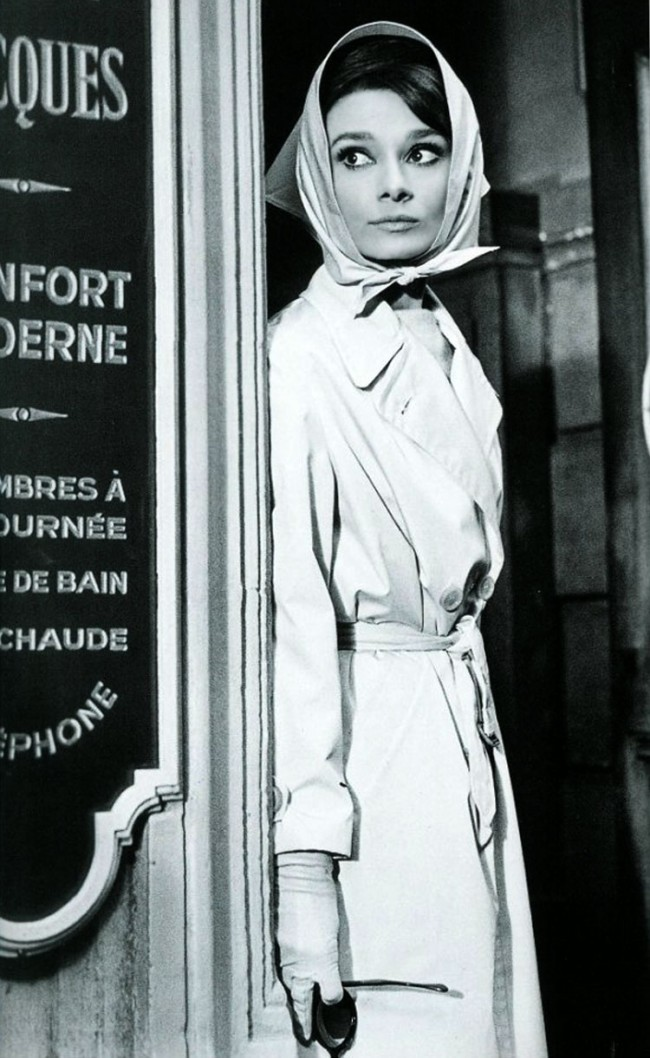 Audrey Hepburn nel suo celeberrimo trench couat indossato in 'Colazione da Tiffany'