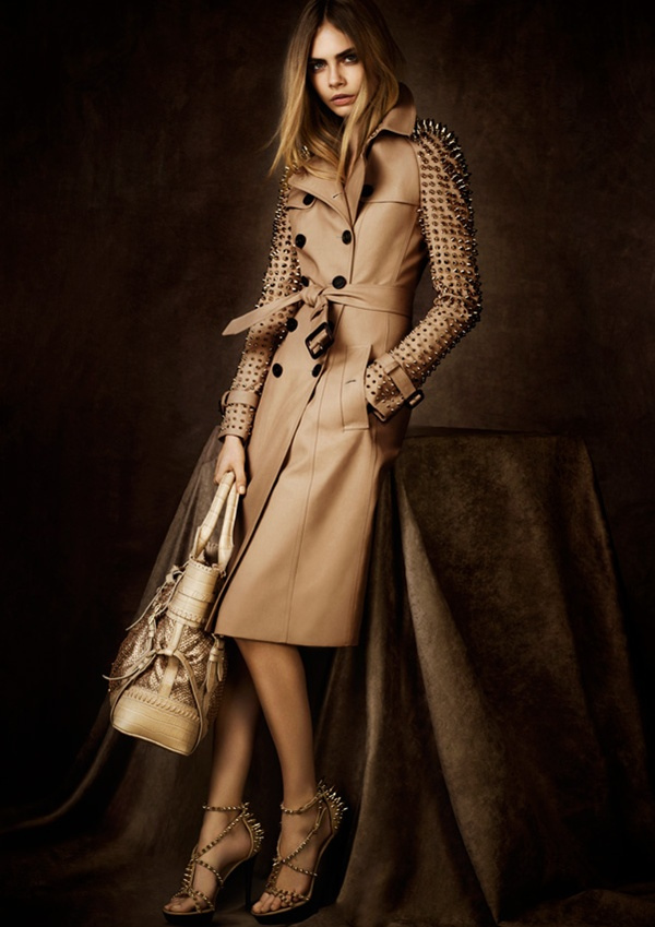 Cara Delevigne in un trench Burberry delliconica collezione limited edition 2012