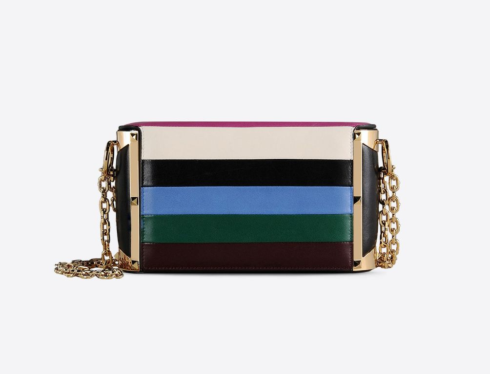 Handbag in nappa con strisce multicolore. Fianchi in nappa con cornice in metallo e finitura in ora. (2200 €)