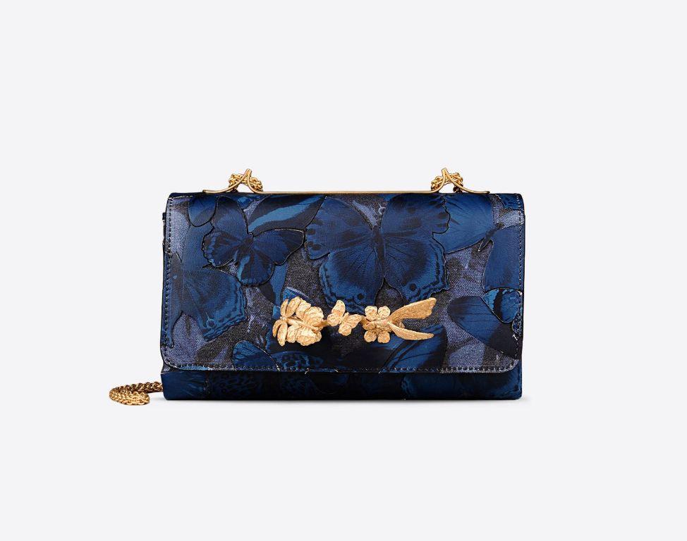 Handbag in tessuto e pelle stampa Camu Butterfly. Maniglia frontale con decorazione di farfalle, finiture in oro satinato. Fodera in nappa (2150 €)