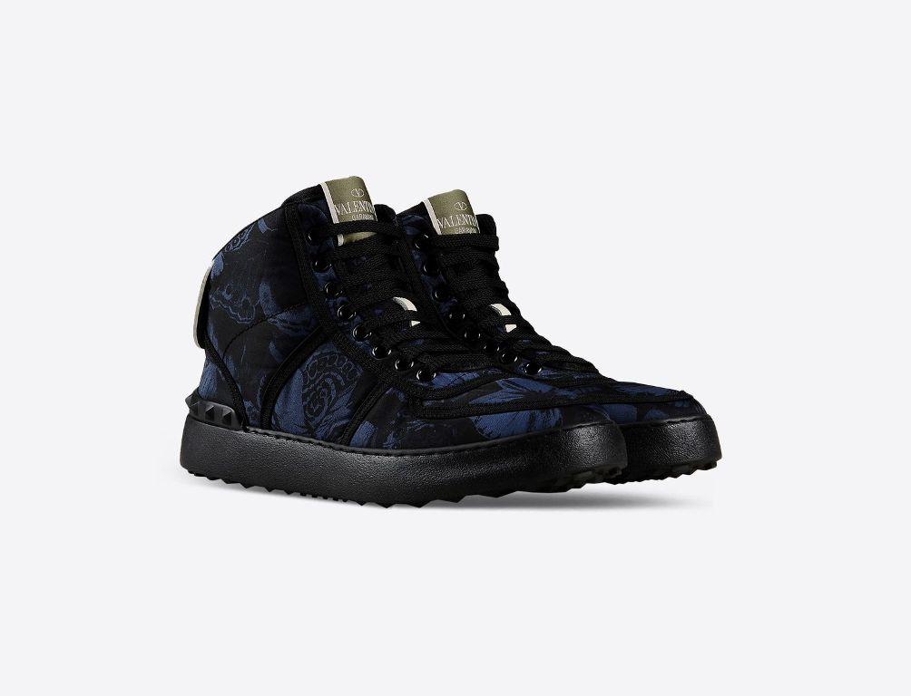 Sneaker alta in nylon, dettagli in vitello nero. La suola è in gomma (580 €)