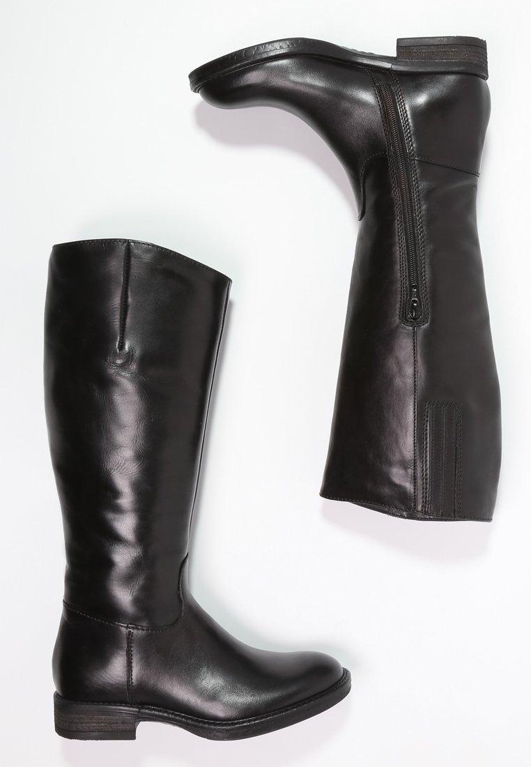10_Stivali da donna neri senza tacco