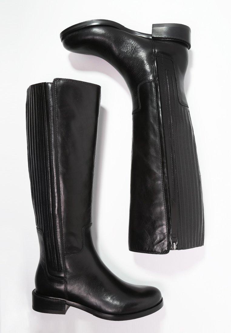 7_Stivali da donna neri senza tacco