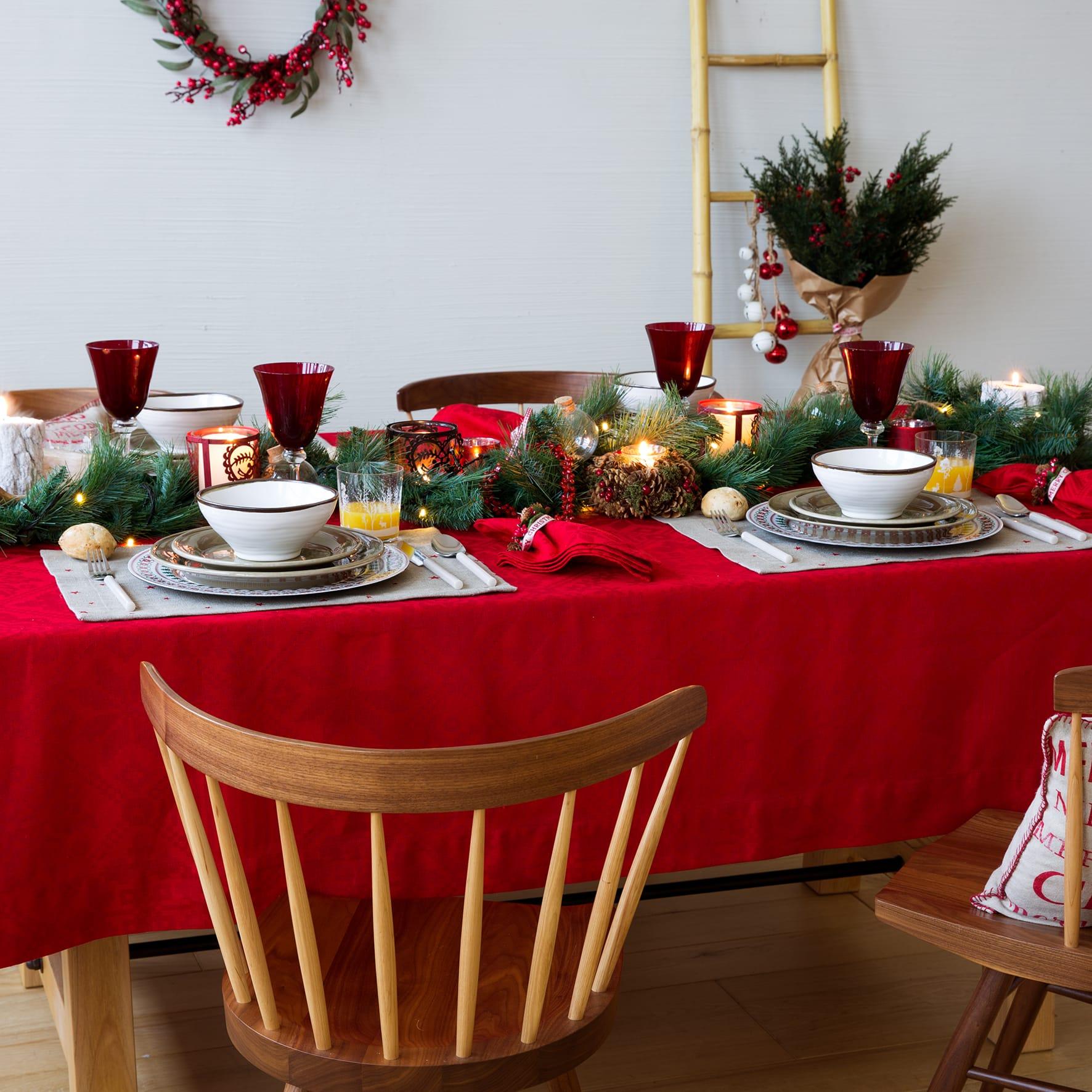 Tavola di Natale con tovaglia rossa