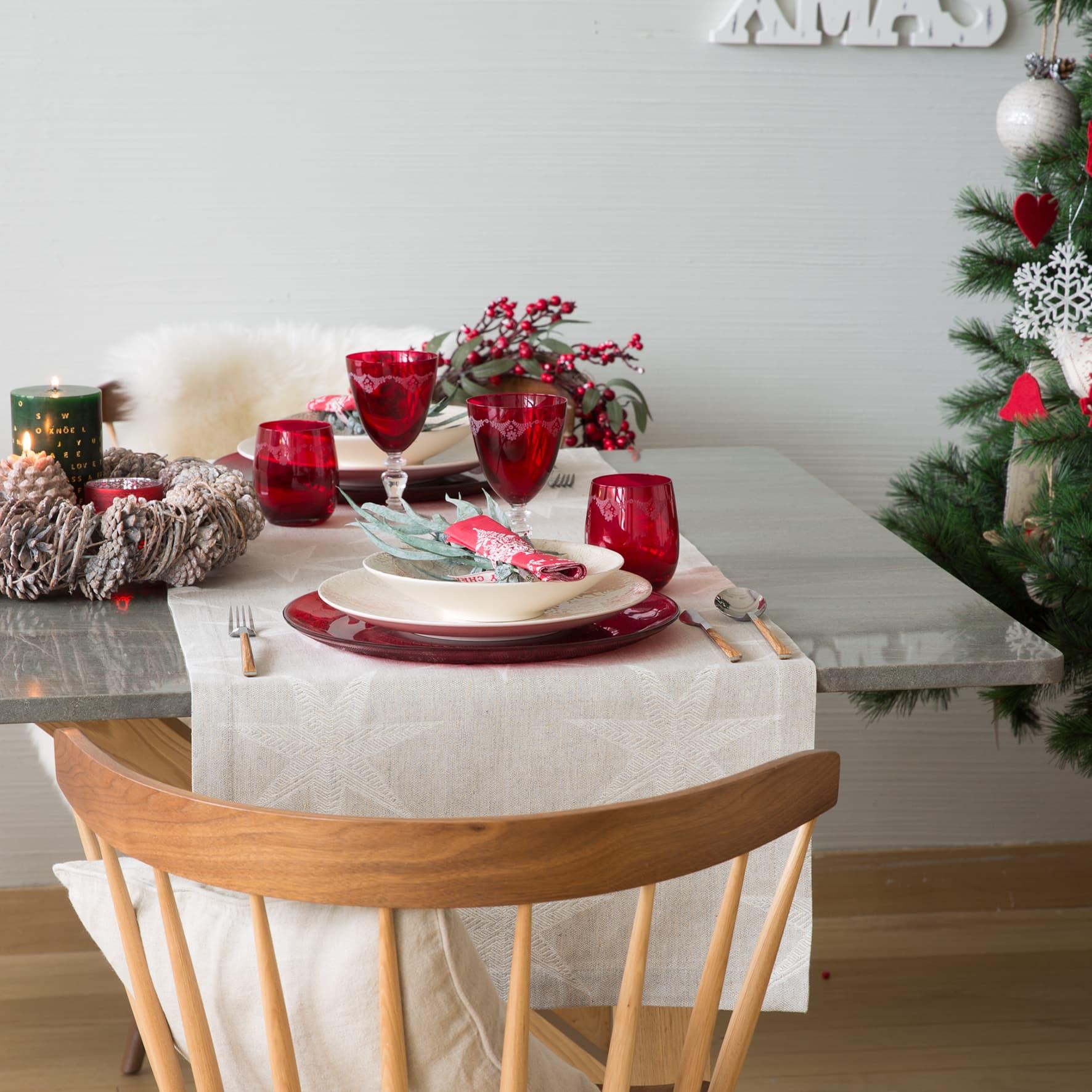 Idee per apparecchiare la tavola di Natale in bianco e rosso