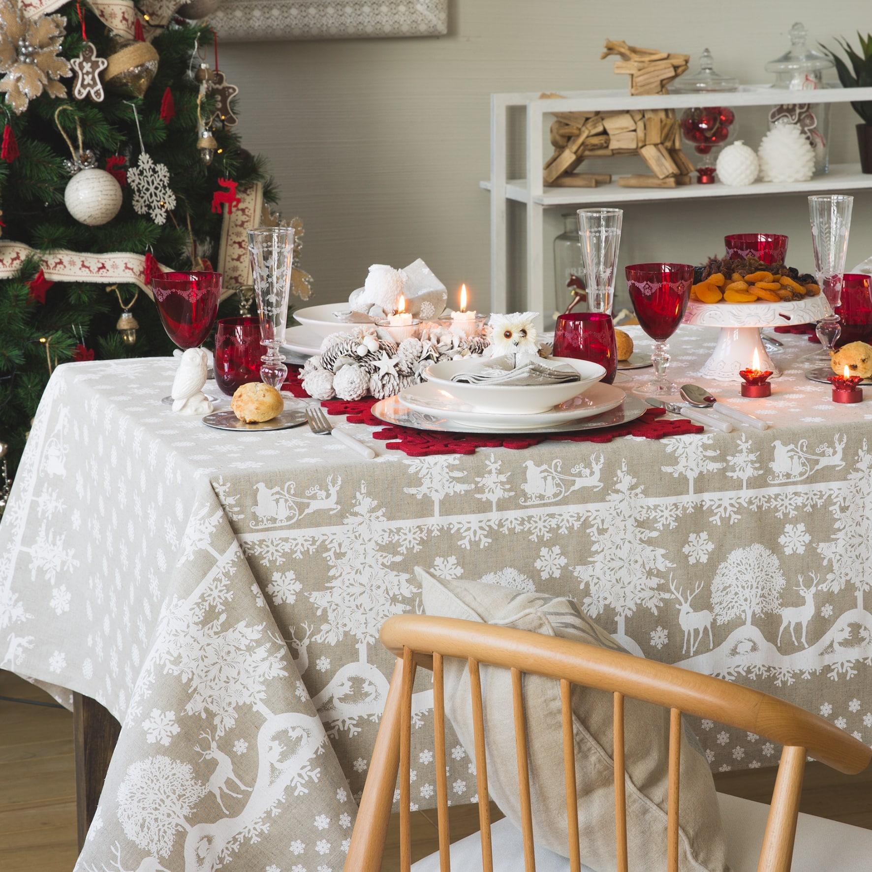 Idee per apparecchiare la tavola di Natale bianco e beige