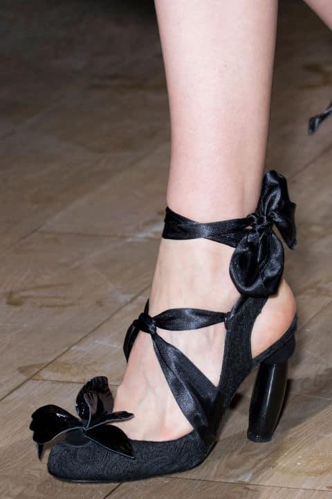 Scarpe moda 2017: ancora lace-up, lacci e fibbie sulle caviglie