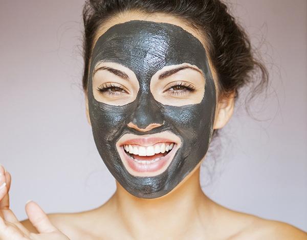Il carbone vegetale per la pulizia del viso