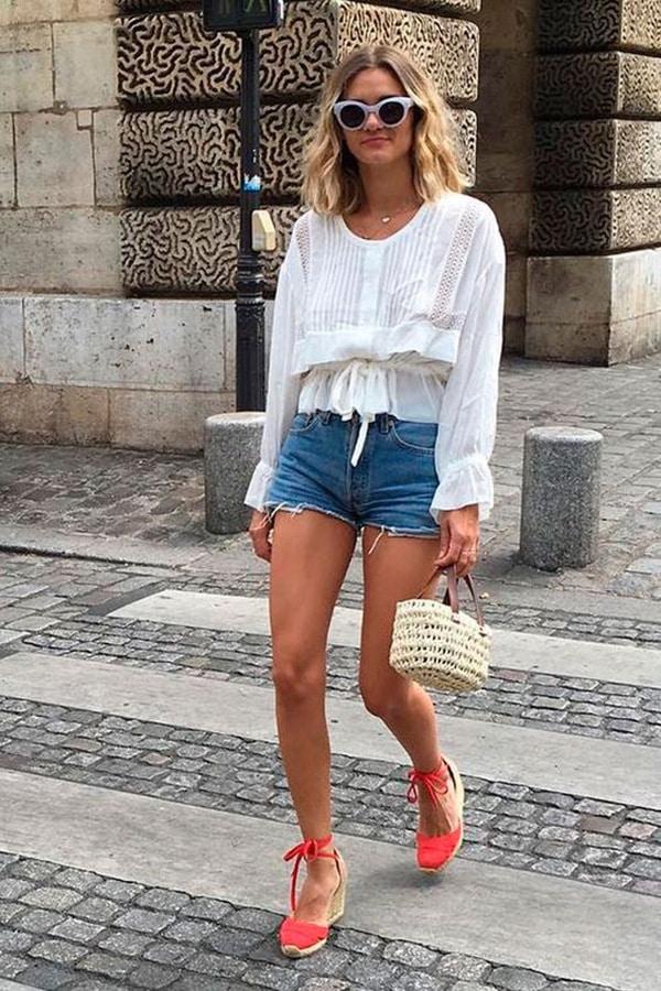 Le espadrillas abbinate a shorts e blusa bianca