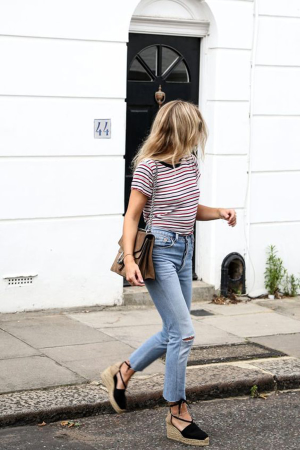 Le espadrillas indossate con jeans e maglietta a righe