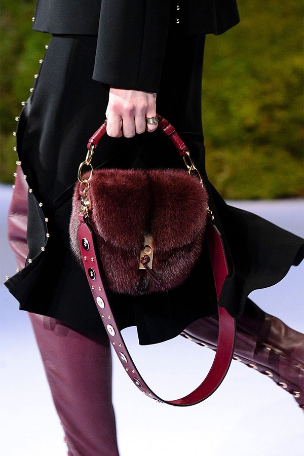 Le borse in pelliccia dominano le passerelle