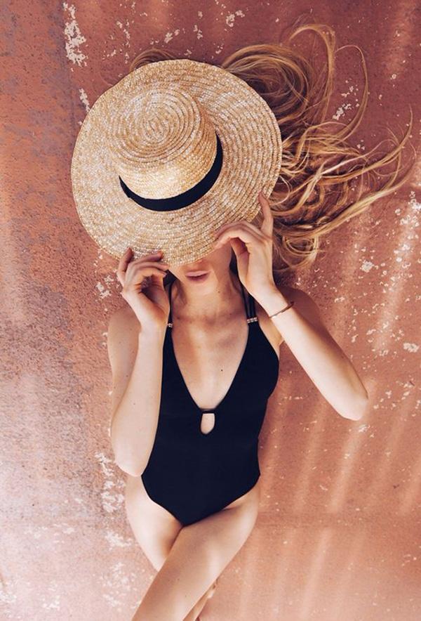 Cappello di paglia e costume intero