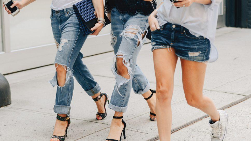 Jeans strappati: come indossare il capo must del momento
