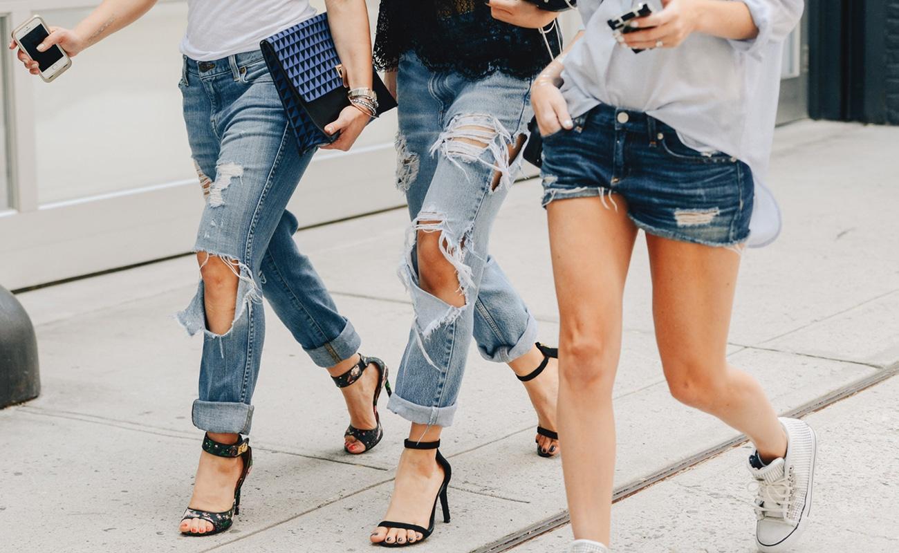 Jeans strappati: qualche idea su come abbinarli quest'estate