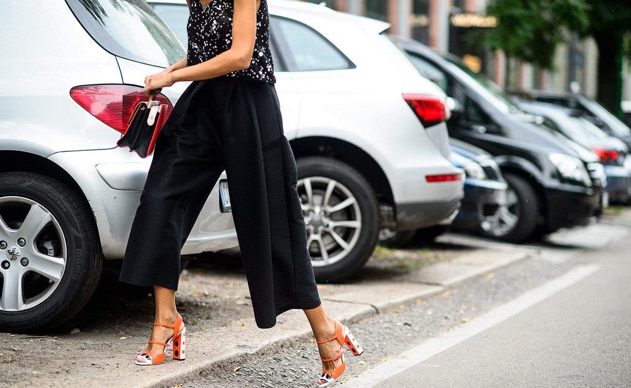 Pantaloni palazzo corti: con quali sandali abbinarli