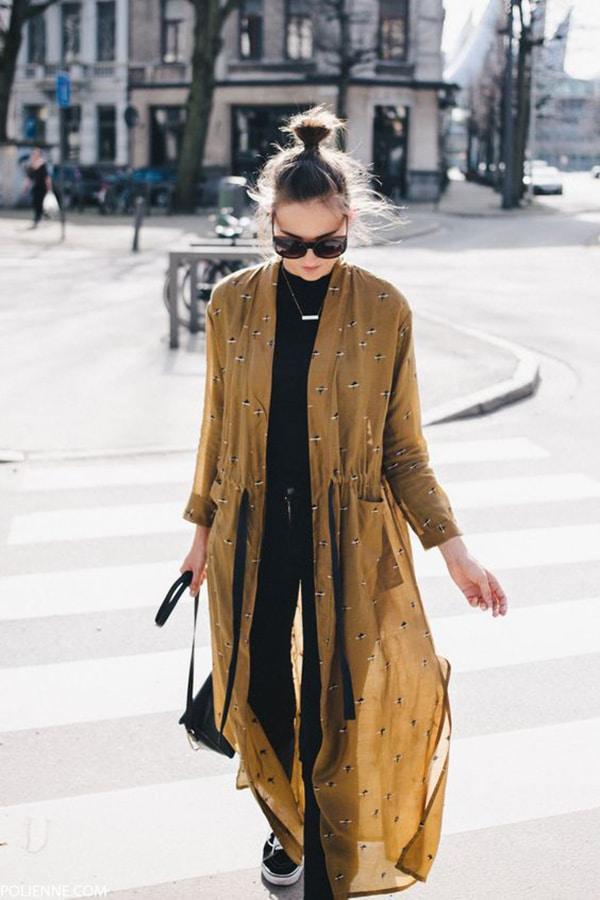 Kimono abbinato a un look total black