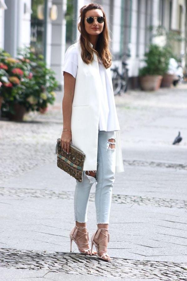 Jeans strappati e gilet