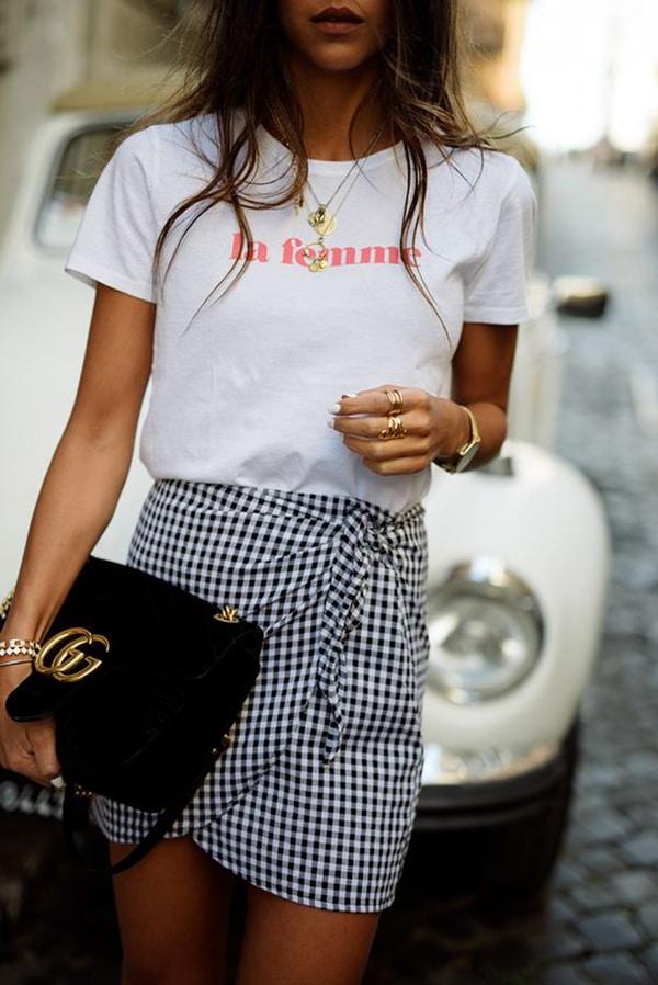 Minigonna a quadretti e t-shirt