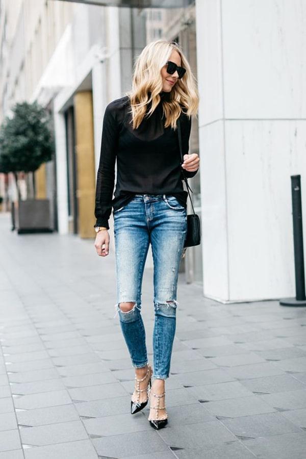 Jeans strappati e tacchi alti