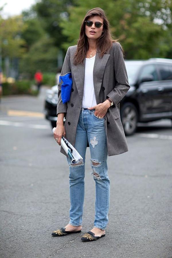 Jeans strappati e scarpe flat